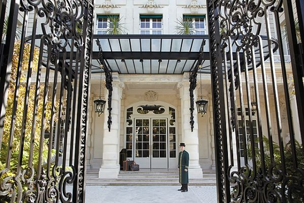 The Shangri La Hotel entrance Paris