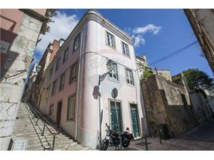 Laurel Lover's Hideaway is discretely located on the ground floor of this beautiful Lisbon townhouse
