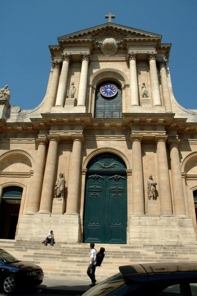 Paris apartment is located facing St. Roch Church, and a few feet from the Louvre Museum.